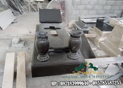 Kuburan Kristen Minimalis dengan Vas Air