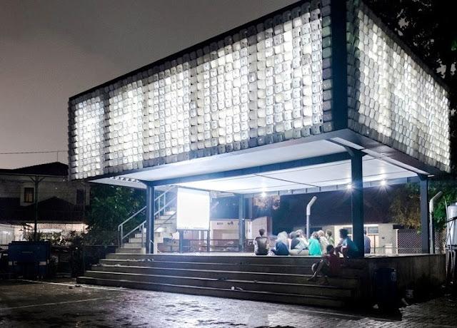 Bangunan Microlibrary yang multifungsi, dengan struktur panggung yang ringan