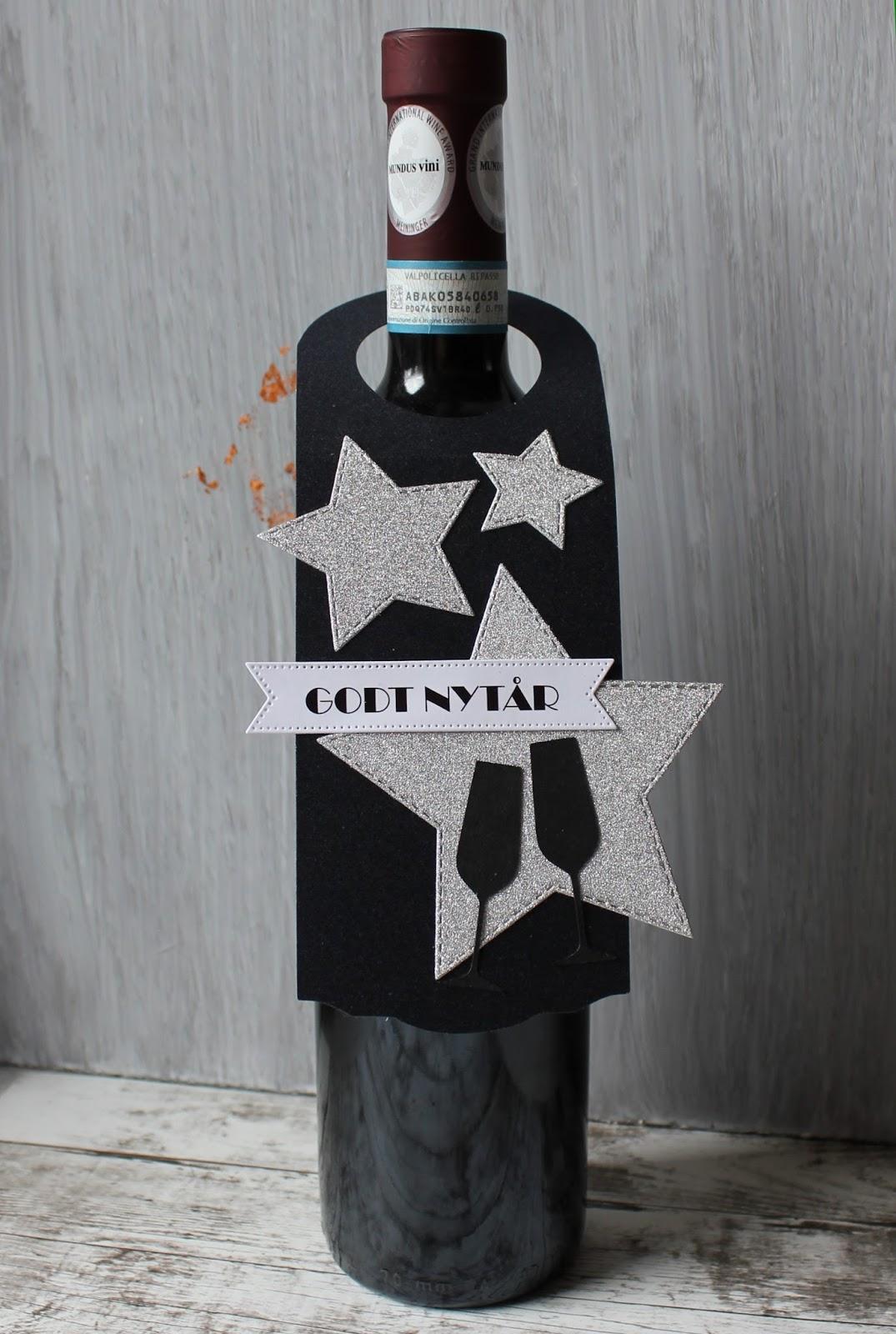 5b7cc063003 Det tager ikke så lang tid lige at samle dette simple tag. Jeg har skåret  taggen og champagneglassene på min Silhouette Cameo, men jeg linker til  nogle dies ...