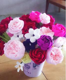 Hướng dẫn cách tự tay làm hoa hồng bằng giấy nhún