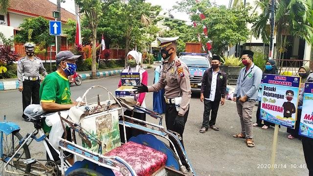 Satlantas Polres Tulungagung, Bagi Masker dan Nasi Bungkus Dukung Program Gerakan Jatim Bermasker
