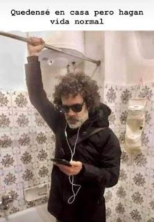 Hombre escuchando música, agarrado a la barra de las cortinas del baño