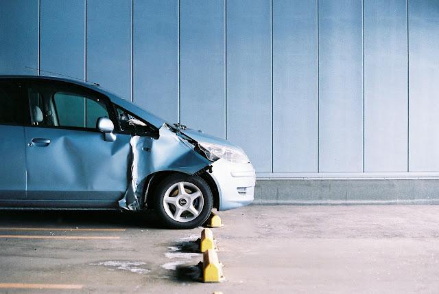 肇事逃逸要坐牢多久? 不知道車禍,被告肇事逃逸怎麼辦?當駕駛動力交通工具(如:機車、汽車、電動車等)發生交通事故,一定要留在現場等待警方到場!若是有造成對方死亡、受傷,又沒在現場等帶警方到場,就直接離開現場的話,會觸犯刑法第185-4條的肇事逃逸,處以1年以上7年以下的有期徒刑!