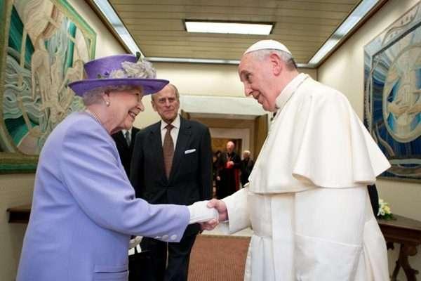 Rainha Elizabeth com look lilás e Papa