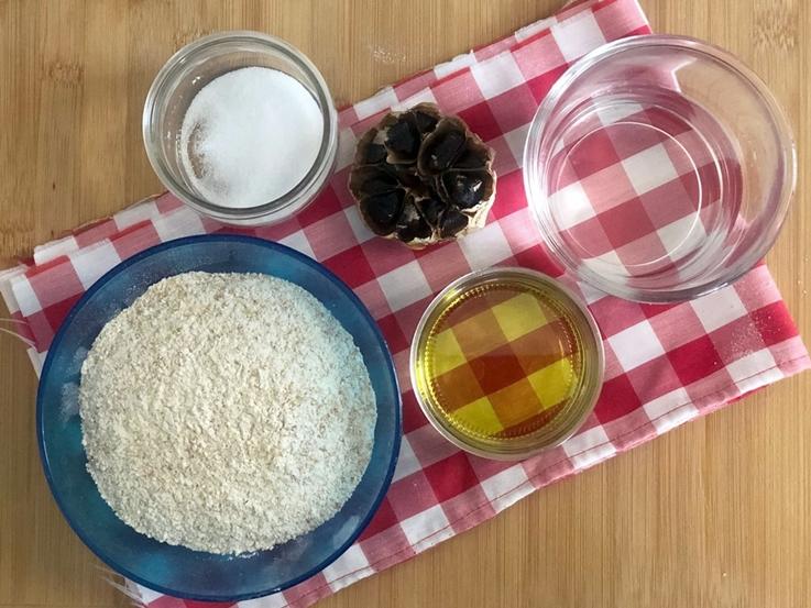 Grisines con ajo negro y tomillo