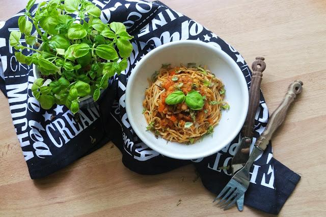 Vegane Linsen Bolognese mit Sojabohnen Nudeln