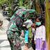 Cinta Anak, Serda Taufik Bagi-Bagi Masker