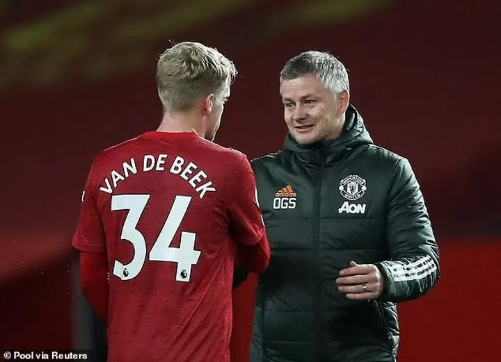 Van de Beek 'to hold talks with Man UTD boss Solskjaer about his role