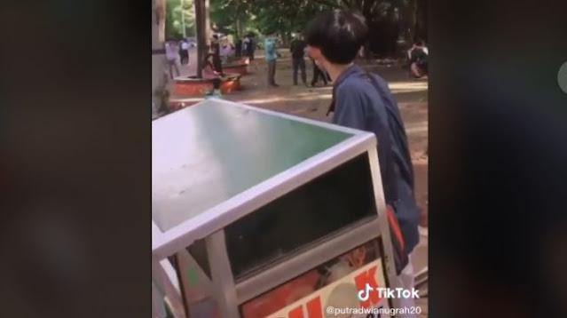 Pedagang Cilok Ngegas, Lihat Anak Tiktok Main Doang Enggak Jajan, Beli Woy!