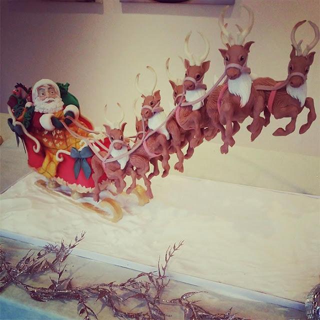 Kue ini dibuat sebagai bagian dari Natal dalam kolaborasi Frostington. Kami telah fokus dalam mempersatukan para artis untuk membantu mengumpulkan uang untuk 3 badan amal sedunia.  Kue ini berukuran 32 inci panjang dan kereta luncur adalah kue dan reindeers adalah cokelat.