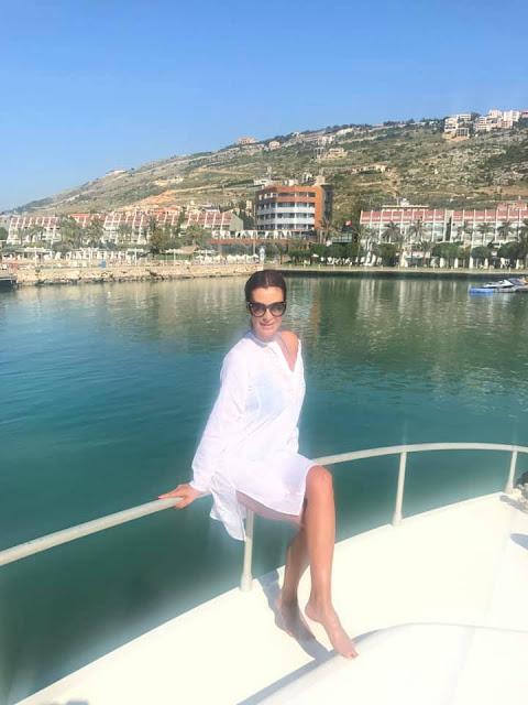 بالصور..  الممثلة اللبنانية كاتيا كعدي بملابس البحر في رحلة بحرية
