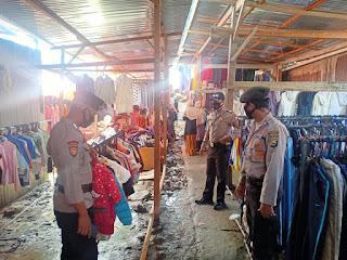 Patroli Pasar, Kanit Binmas Polsek Baraka Sampaikan Himbauan Prokes