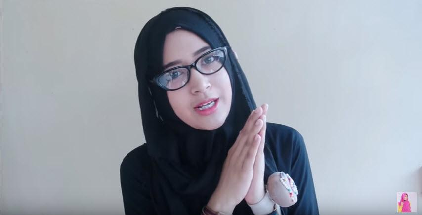Hijab Cantik Pakai Kacamata
