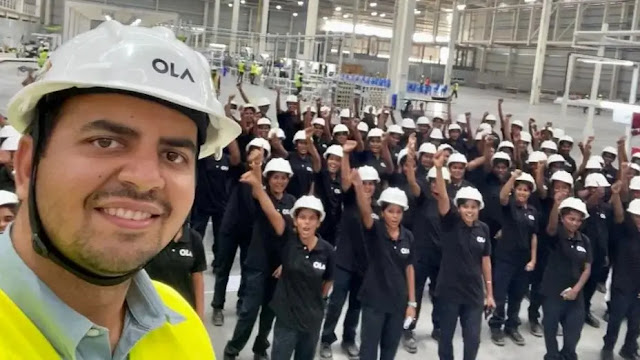 fabrica motos eléctricas Ola india contrata solo mujeres