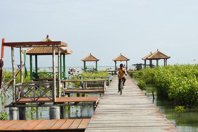 Gazebo-gazebo di Jembatan Merah Hutan Mangrove Pasarbanggi Rembang