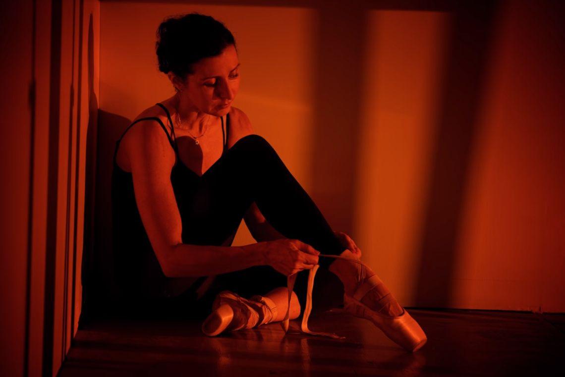 Портрет девушки в искусственной имитации закатного света