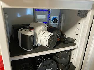 防湿庫に収納する時や自宅での使用でストラップを取り外すことができるので便利