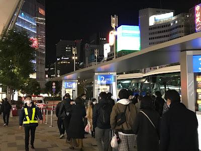 夜行バスに並ぶ人たち
