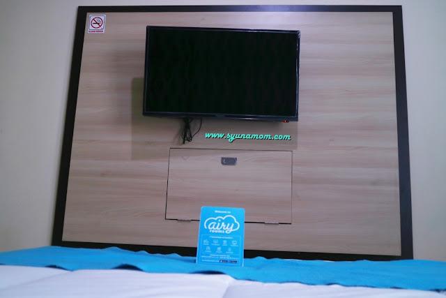 Fasilitas hotel TV dan juga meja lipat