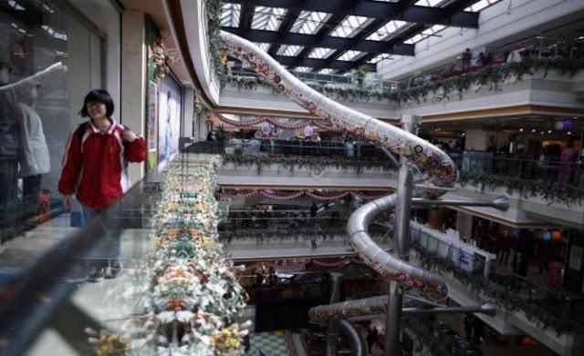 Perosotan dengan tinggi 20 meter di dalam Mall Shanghai, China