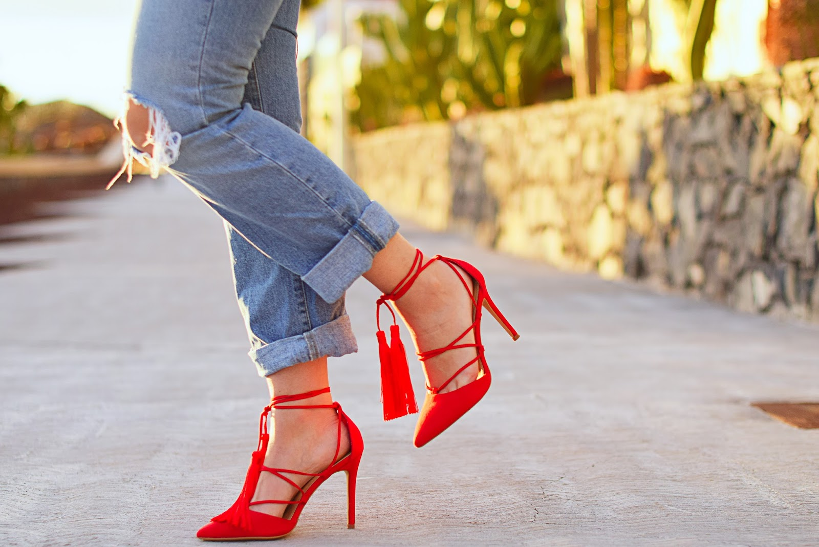 nery hdez, zapatos con borla, red shoes with tassel, jeans, MARYPAZ