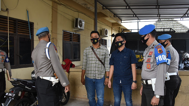 Bidpropam Polda Jambi Melakukan Cek Protokol Suhu Tubuh dan Masker Berlogo TNI -Polri di Mapolda