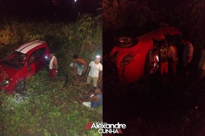 Carro cai dentro de açude no Bairro Novo Castelo, em Chapadinha.