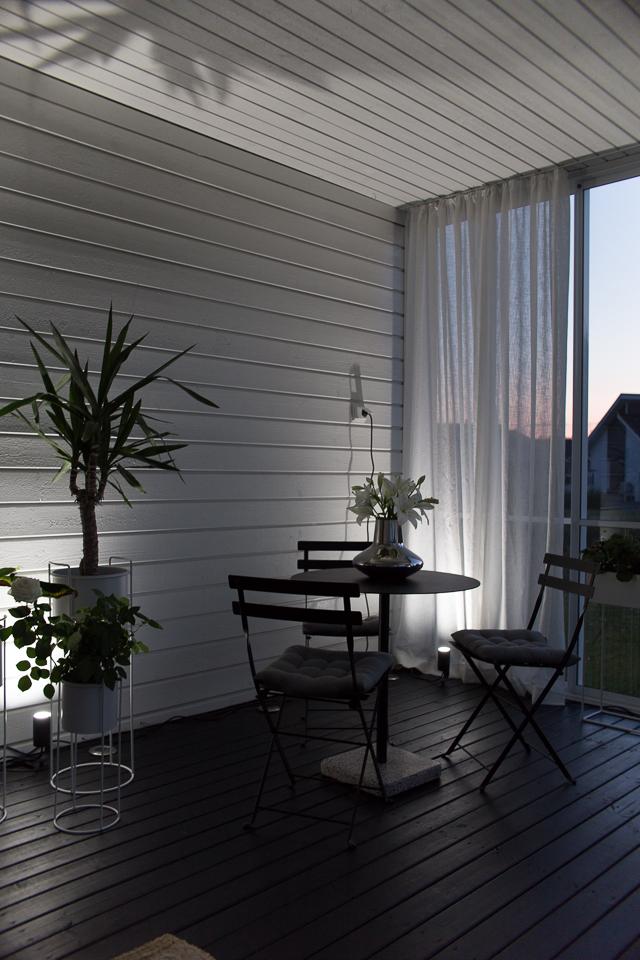 Villa H, terassin sisustus, älyvalaistus, Philips Hue -ulkovalaisin