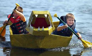Un bote hecho con cartón reciclado