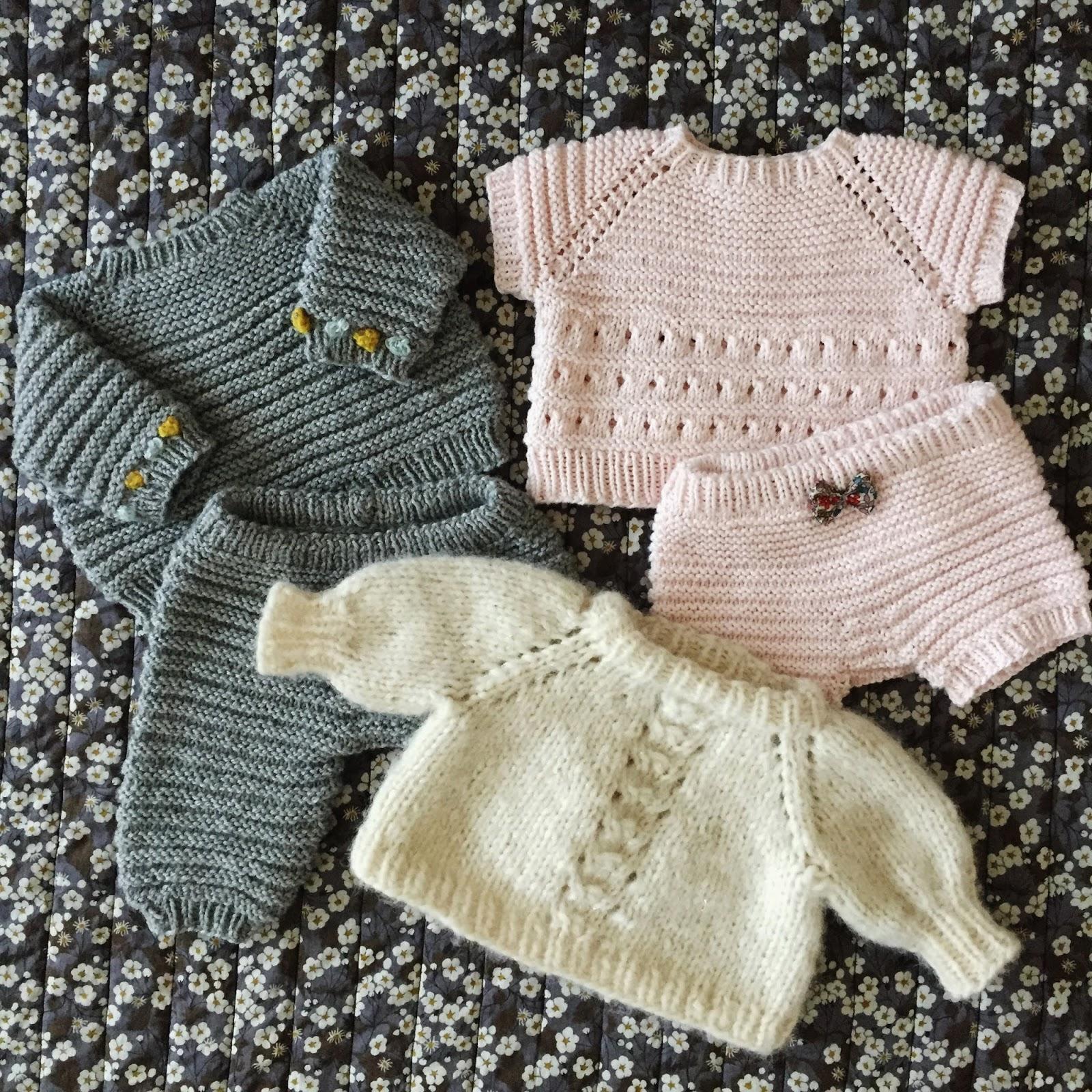 Babyundertrøje Opskrift hygge, inderst inde og sweater med pufærmer - opskrifter på dukketøj