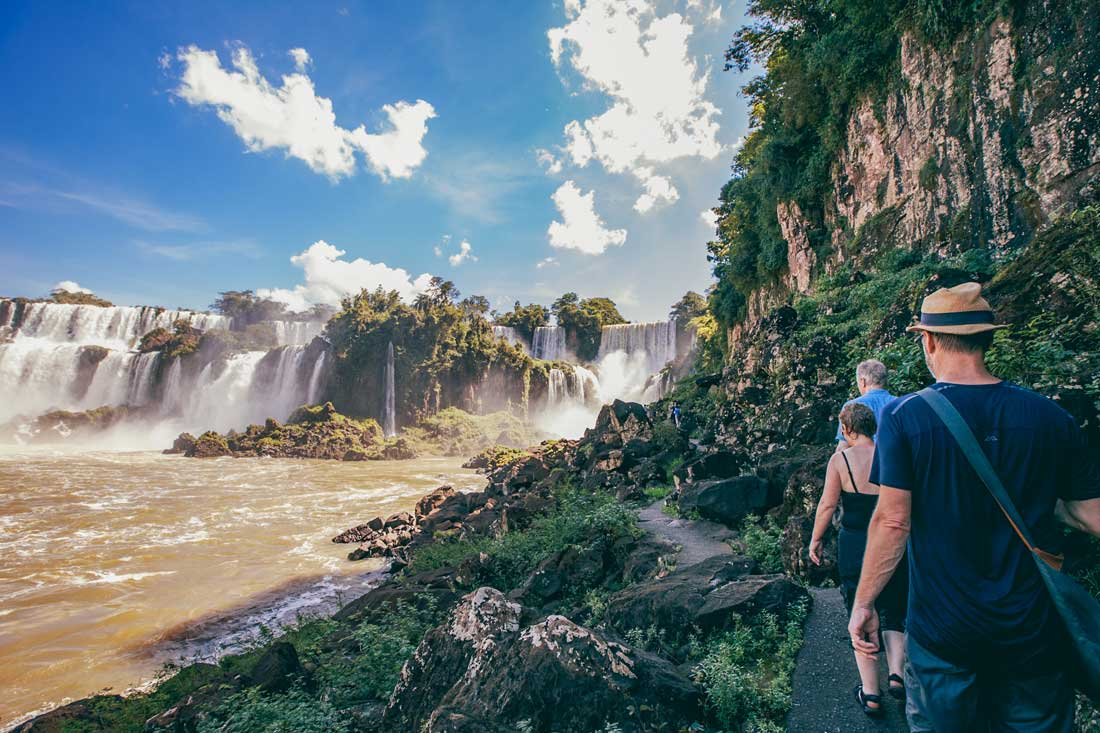 Тропа Нижнего водопада в парке Игуасу в Аргентине