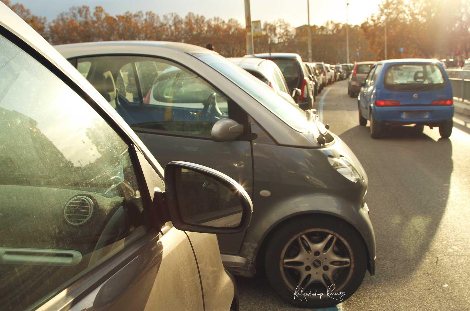 Jak parkować bezpiecznie i uniknąć mandatu? Co oznaczają kolory linii na miejscach parkingowych? Jak korzystać z parkomatów?