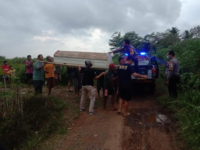 Seorang Petani DitemukanTewas di Saluran Irigasi, Polsek Bukateja Bantu Evakuasi Korban