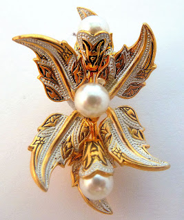 https://www.kcavintagegems.uk/vintage-damascene-style-and-faux-pearl-floral-design-brooch-5617-p.asp