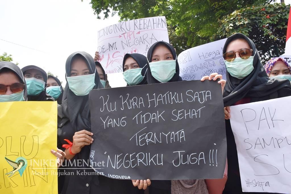 Gunakan Penutup Wajah, Ratusan Mahasiswa Geruduk DPRD Kebumen