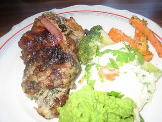 Baconbe tekert sült hús  krumplipürével, zöldborsókrémmel, párolt brokkolival és rántott sárgarépával