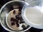 Tort krem a la krem preparare reteta glazura - turnam frisca lichida peste bucatelele de ciocolata