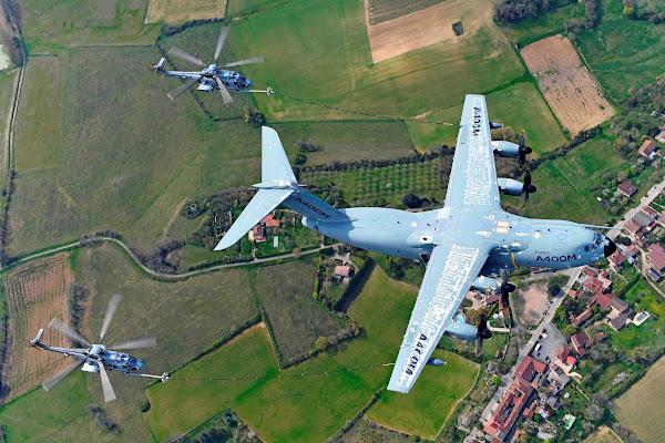 Airbus A400M realiza campanha de certificação de reabastecimento de helicópteros em voo