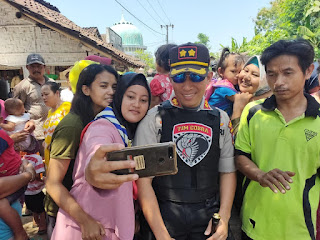 Warga Kalidilem Berebut Selfie Bareng AKBP M Arsal Sahban