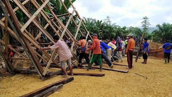 Buktinya Nyata Kemanunggalan TNI Rakyat Serta Semangat Warga Dalam Membantu Kegiatan TMMD Demi Desa Yang Dicintainya