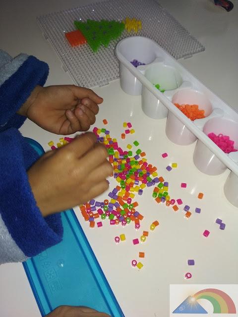 Clasificación de cuentas de hama beads por colores