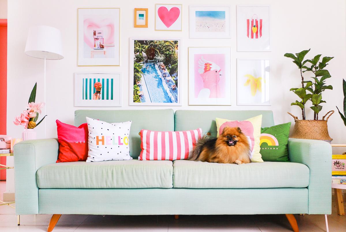 sofa verde menta colorido tom pastel na decoração westwing com parede de quadros