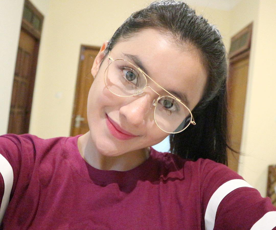 Dini Hanipah Pakai Kacamata