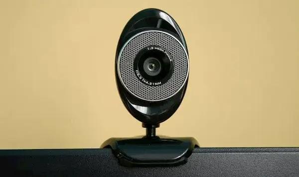 تضيء كاميرا الويب الخاصة بك عندما لا تكون قيد الاستخدام