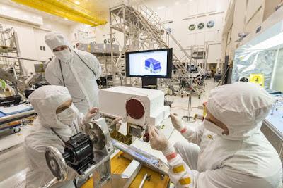 Gli ingegneri del Jet Propulsion Laboratory della NASA preparano il rover Mars 2020 per il suo lancio la prossima estate con l'installazione del masthead di telerilevamento e l'integrazione di due telecamere ad alta definizione Mastcam-Z.