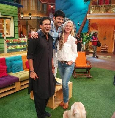 wasim-akram-proposes-wife
