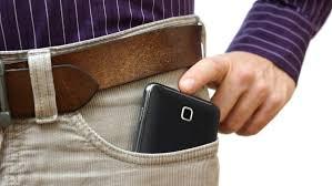 احذر..الهاتف المحمول في جيب البنطلون يسبب العقم