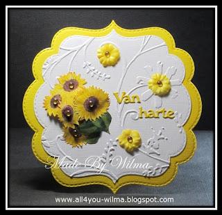 Een fantasievorm-felicitatiekaartje met zonnebloemen. A fantasy-shaped congratulatory card with sunflowers.