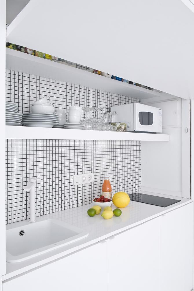 Cocina blanca con pequeños azulejos blancos y negros