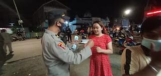 Operasi PPKM Level II, Polres Pelabuhan Makassar Rutin Bagikan Masker